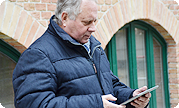 Pensionist mit Tablet